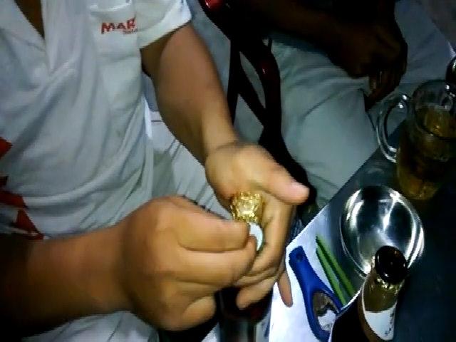 Nam thanh niên khui bia bằng nắp chai