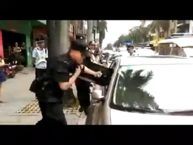 Cảnh sát phá cửa kính cứu bé sơ sinh bị bố mẹ bỏ lại trên xe