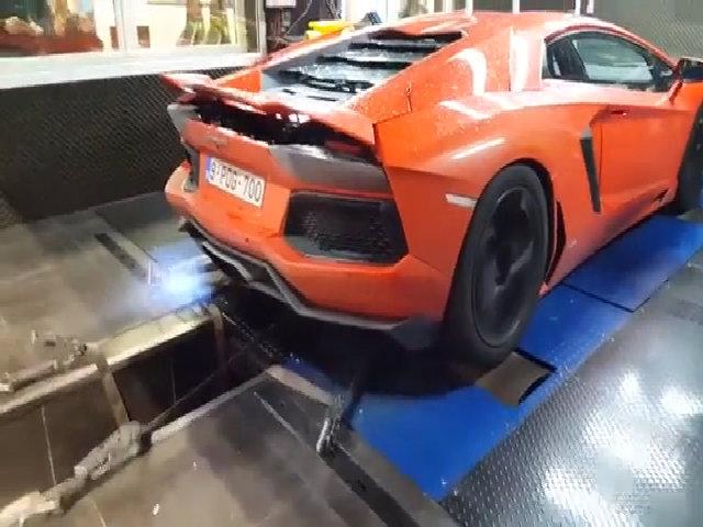 Lamborghini Aventador thốc ga kịch sàn