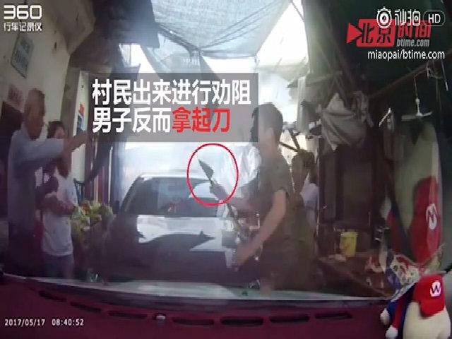 Nữ tài xế không nhường đường bị đối thủ giơ dao đe dọa