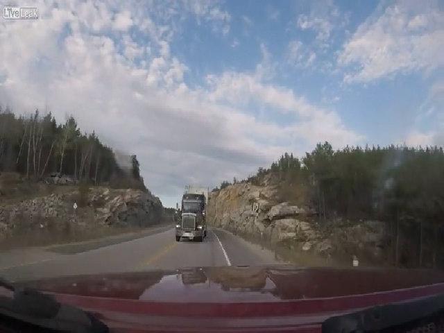 Xe tải lấn làn suýt đấu đầu ôtô ngược chiều