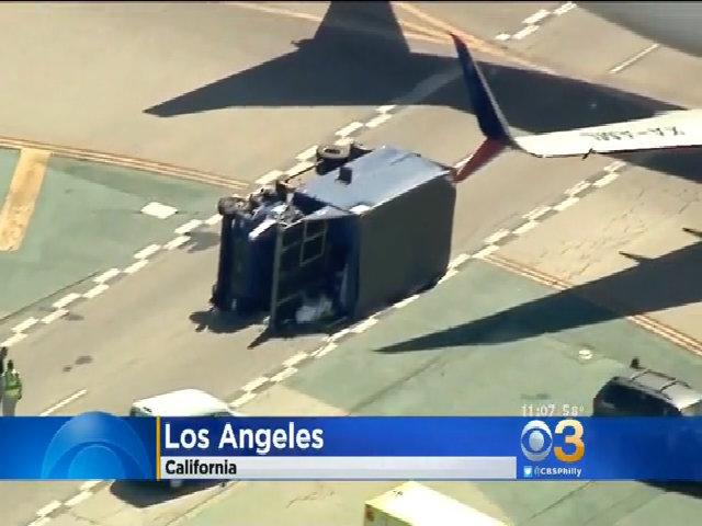 Xe tải lật nghiêng vì bị máy bay đâm ở Mỹ