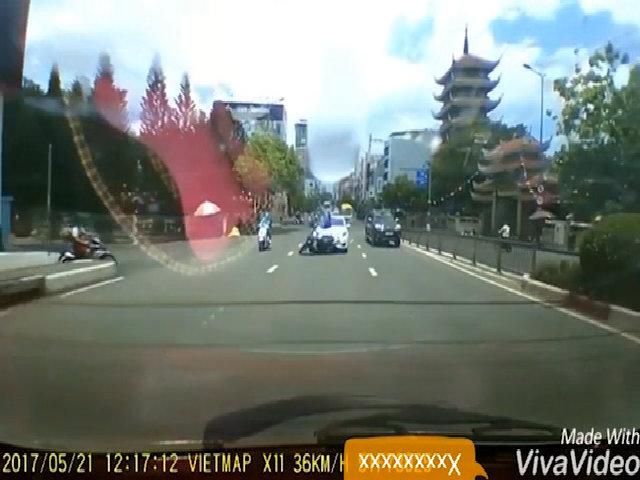 Thanh niên chạy SH dừng giữa đường bị ôtô hất tung lên trời
