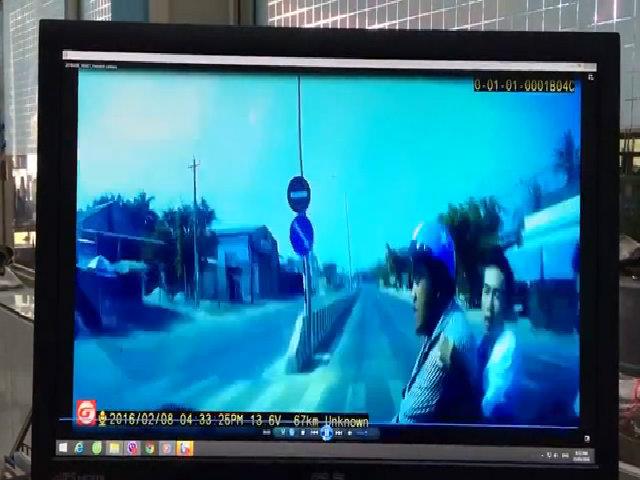 Xe máy chở ba người qua đường bị ôtô tông bay lên trời