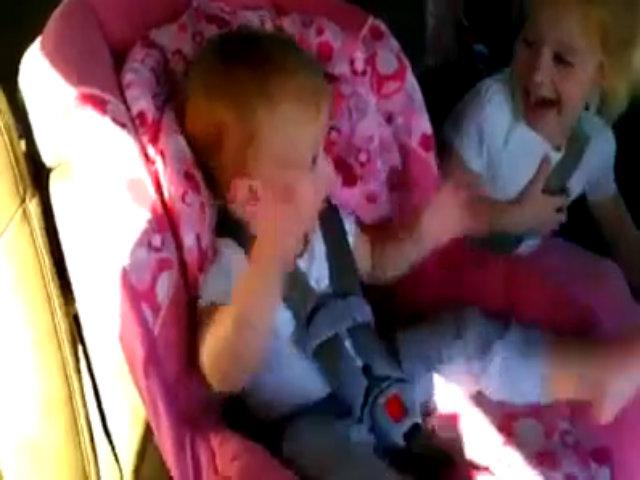 Cậu bé tỉnh ngủ vì nghe Gangnam Style