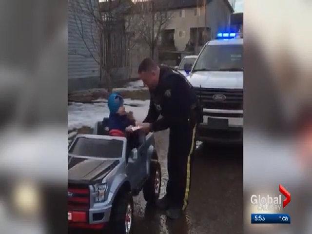 Cậu nhóc 3 tuổi lái ôtô đồ chơi bị cảnh sát ghi vé phạt