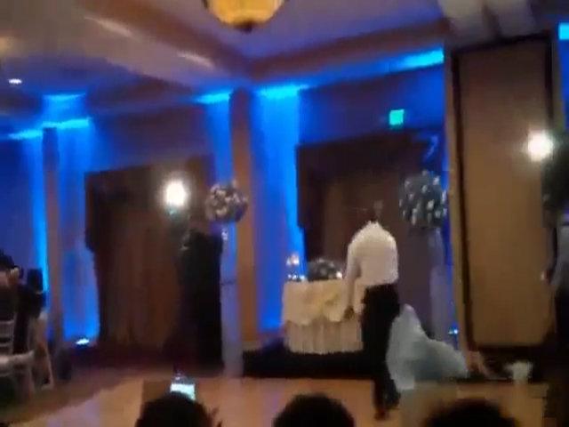 Chú rể tung cước hạ gục cô dâu trong lễ cưới