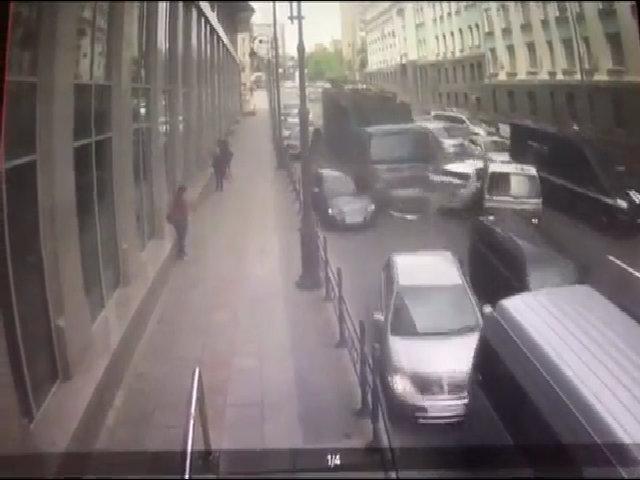 Xe tải mất phanh ủi trúng hàng loạt ôtô