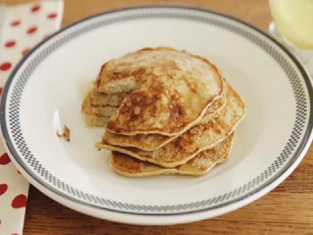 Bữa sáng dinh dưỡng với chuối và trứng gà
