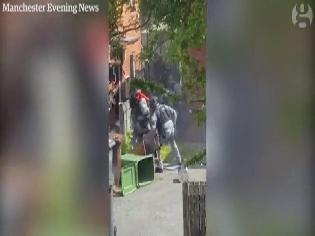 Khoảnh khắc cảnh sát ập vào ngôi nhà của nghi phạm đánh bom tự sát ở Anh