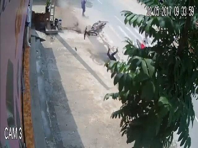 Thanh niên văng xa gần chục mét vì tránh người đi bộ