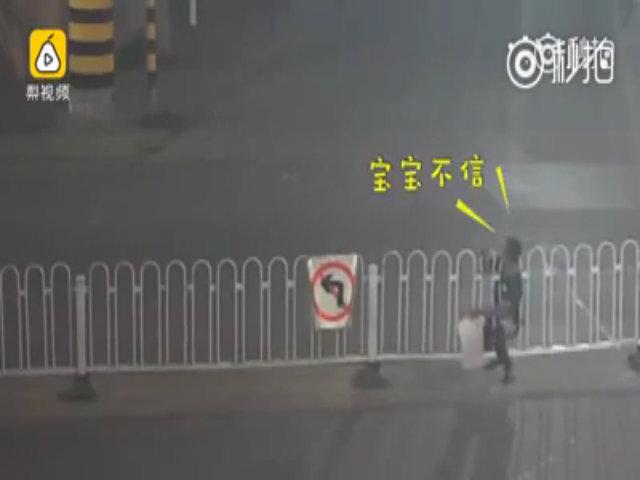 Người đàn ông mắc kẹt ở barrier giữa đường