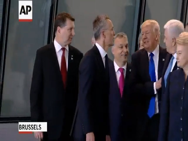 Trump bị nghi gạt thủ tướng Montenegro để lên trước chụp ảnh