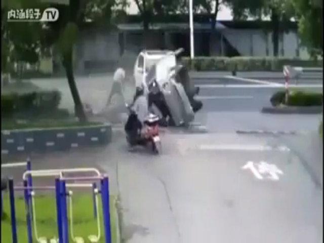Ôtô lộn vòng như diễn xiếc qua đầu người đàn ông đi xe đạp