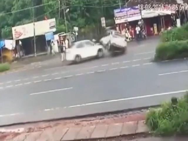 Quay đầu bất cẩn, xe crossover bị đâm lật: