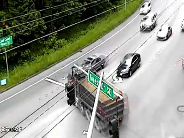 Xe tải mất lái ủn bay ôtô vào lề