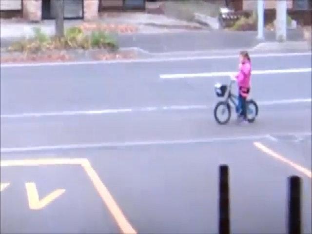 Bé gái vẫy tay nhường ôtô đi trước