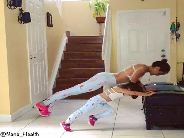 Mẹ và con gái tập gym gây sốt cộng đồng mạng