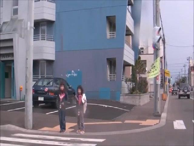 Nhường ôtô đi trước - bé gái Nhật có thể khiến người Việt bị sốc