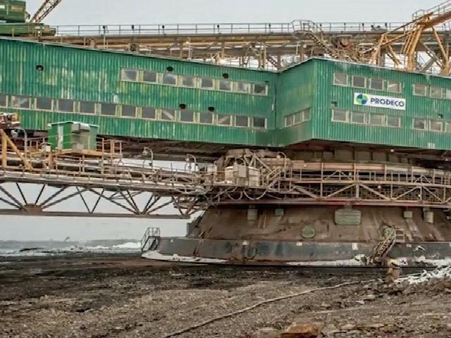 'Quái vật' máy xúc 5.600 tấn cuốc bộ đi làm