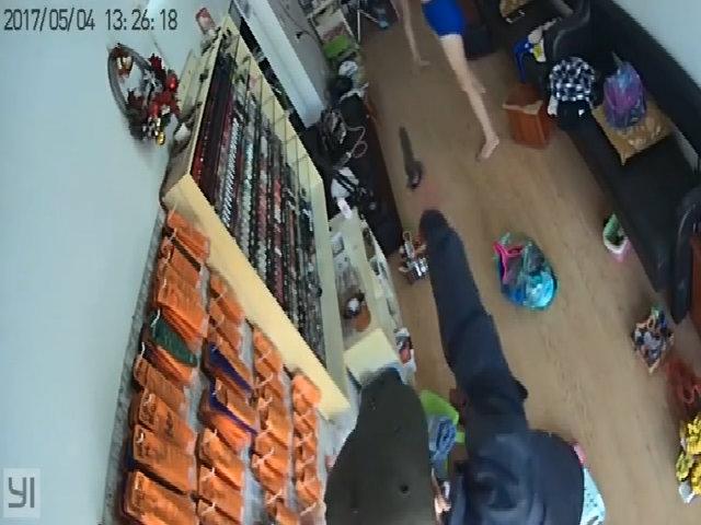 Cô gái giằng co với tên cướp trong cửa hàng làm móng
