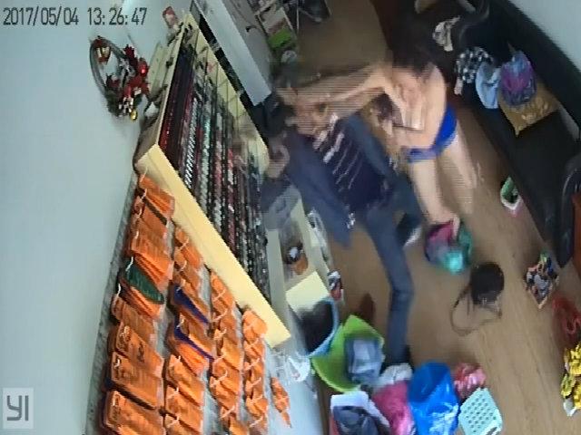 Nữ chủ tiệm nail đánh trả tên cướp mang súng