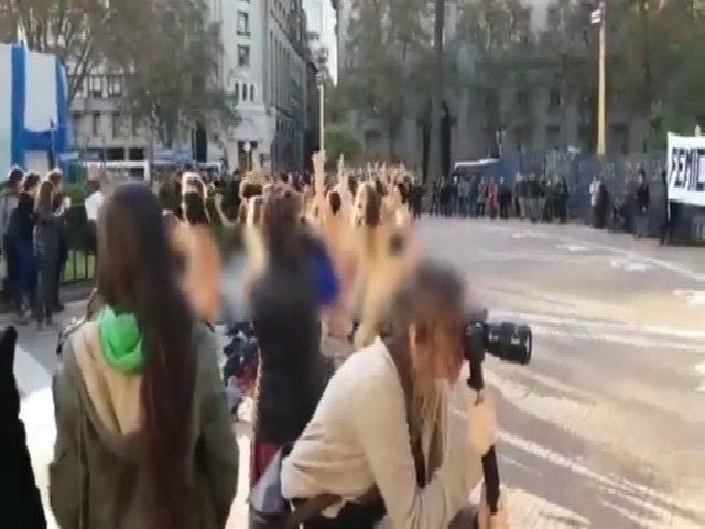 Hơn 100 phụ nữ khỏa thân biểu tình trước dinh tổng thống Argentina