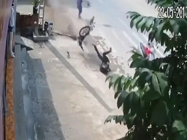 Quái xế bay lộn vòng khi tránh người sang đường