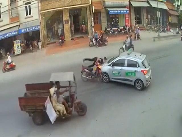 Quái xế cắm thẳng xe máy vào đầu taxi ở Hà Nam