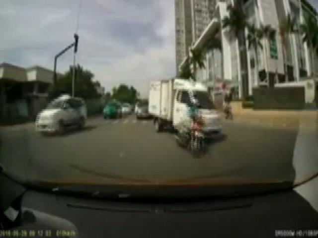 Cô gái che kín mặt, mặc váy chống nắng sang đường bị ôtô tông