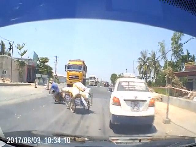Vứt xe máy thoát thân vì sang đường ẩu