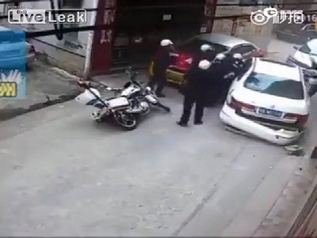 8 cảnh sát vật lộn với tài xế xe điên