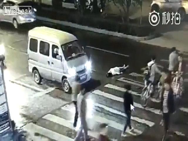 Người đi đường thờ ơ nhìn cụ bà bị ôtô đâm đến chết