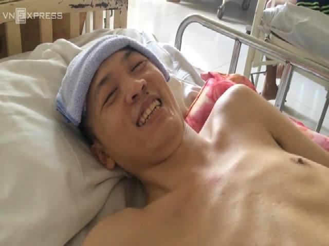 Chàng trai ngồi xe lăn đưa bạn bị liệt xuất viện