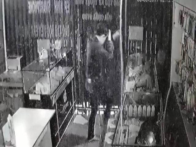 Thanh niên cắt tôn, đu dây vào nhà trộm nhiều điện thoại