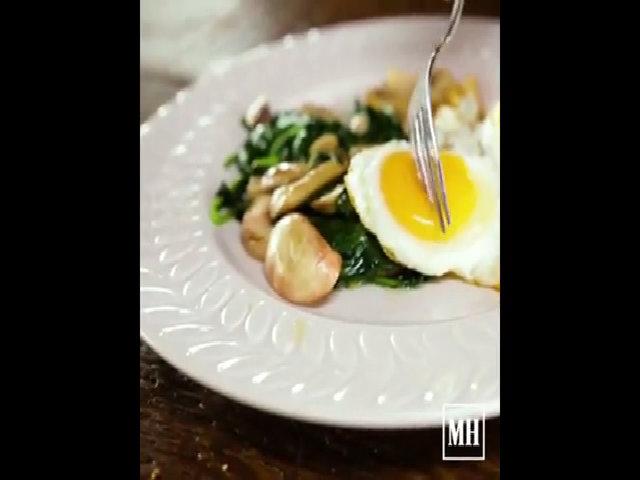 Bữa sáng dinh dưỡng với trứng và rau xanh