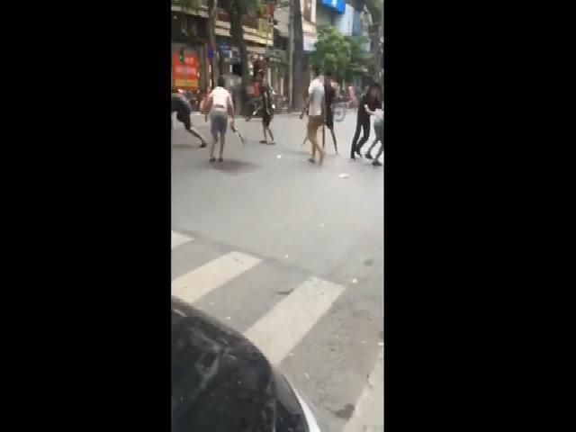 Nhóm thanh niên hỗ chiến trên phố Hà Nội