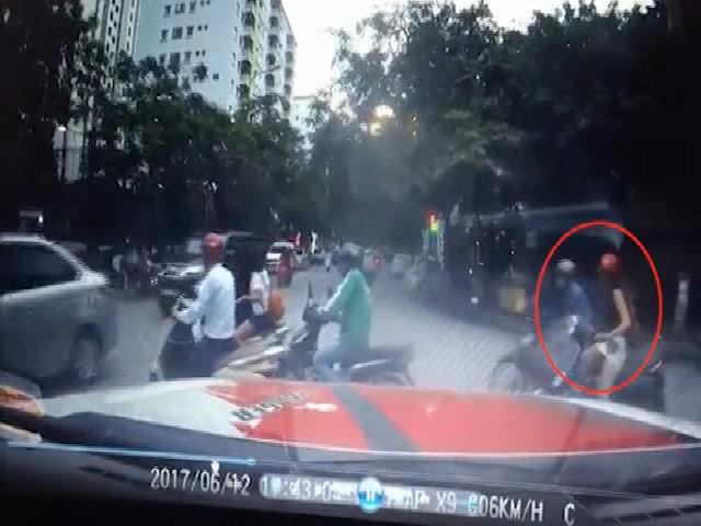 Thiếu nữ mặc váy ngắi bị sàm sỡgiữa phố Hà Nội