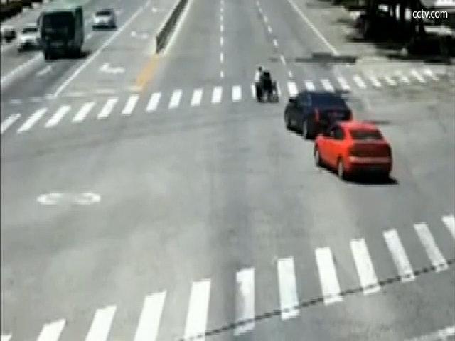 Tài xế cố tình chặn xe khác để bảo vệ cụ già sang đường