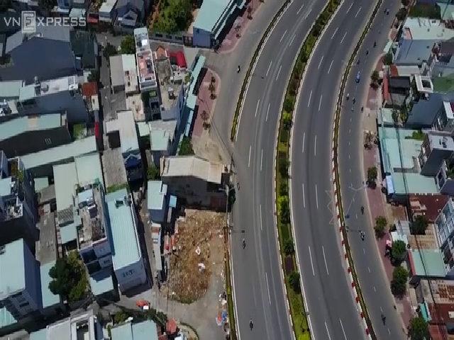 Nhà hai tầng án ngữ giữa quốc lộ suốt 10 năm