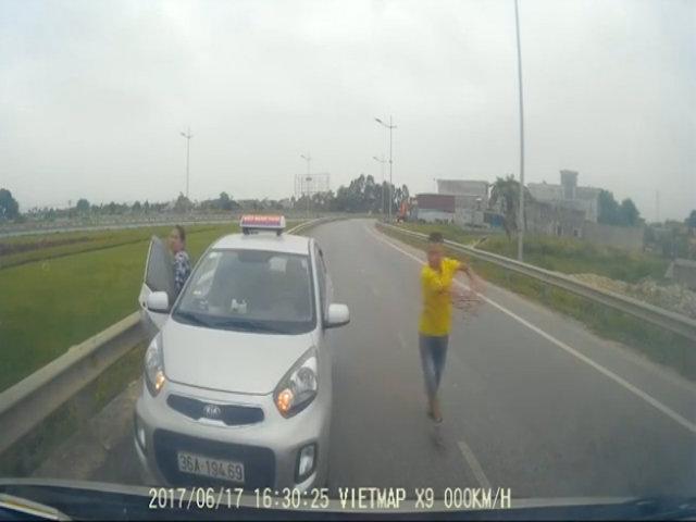Truy tìm tài xế taxi chạy ngược chiều còn rút gậy sắt đe doạ