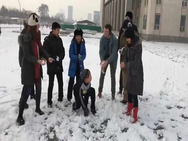 Sinh viên Mỹ chơi ném tuyết ở Triều Tiên trước khi bị bắt