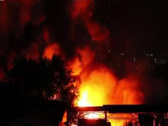 Người dân di tản trong đêm vì đám cháy trong cảng Sài Gòn