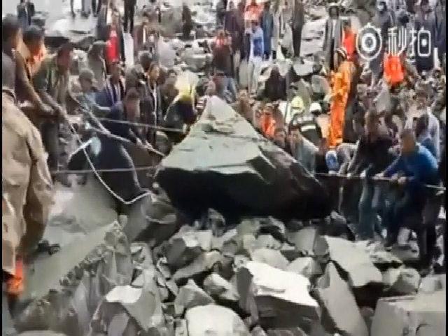 Lính cứu hộ kéo đất đá sạt lở ở Trung Quốc