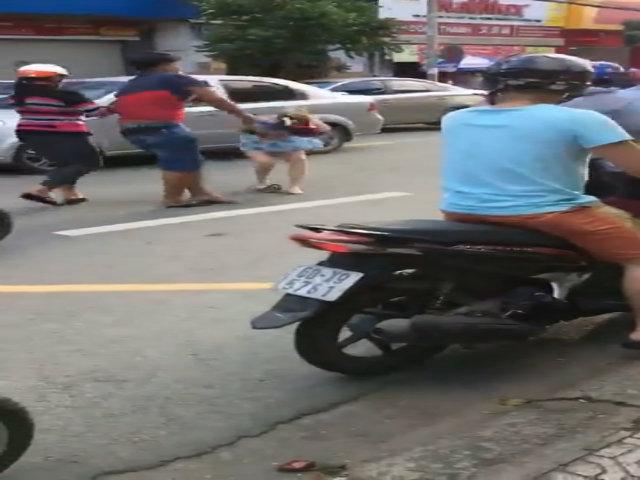 Người đàn ông đập mũ bảo hiểm vào đầu cô gái vì va chạm giao thông
