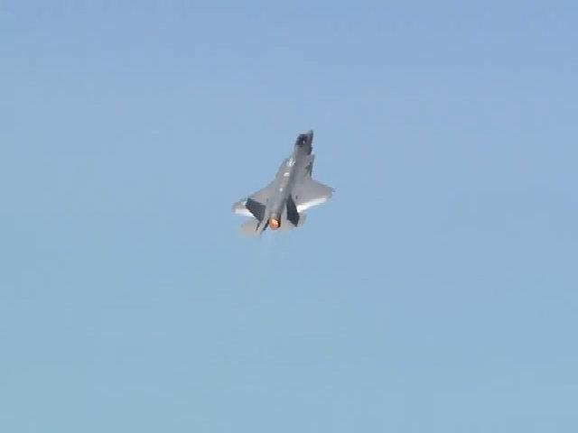 Siêu tiêm kích F-35A biểu diễn trên bầu trời Paris