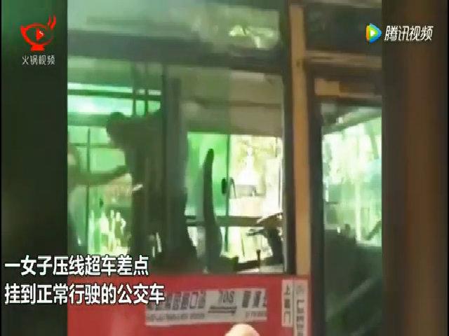 Phụ nữ trèo qua cửa sổ xe buýt đánh nhau với tài xế