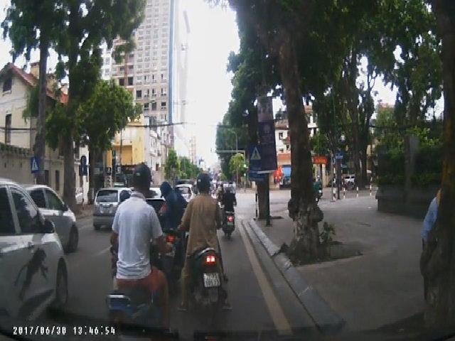 Cô gái đi SH bị 4 xe máy dàn cảnh cướp giữa phố Hà Nội