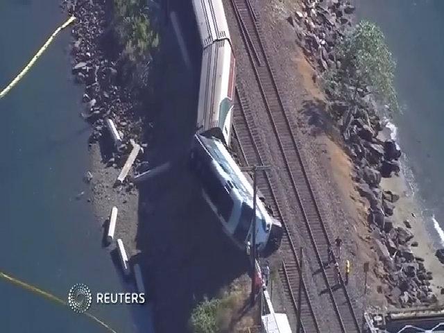 Tàu hỏa chở hơn 250 người trật bánh ở Mỹ