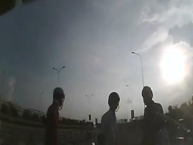 4 thanh niên chặn đầu ôtô gây gổ khi tài xế vừa rút tiền tại ATM